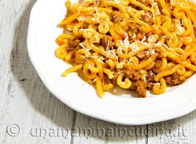 Gramigna al ragu rosso di salsiccia e panna - Ricetta di unamammmaincucina.it