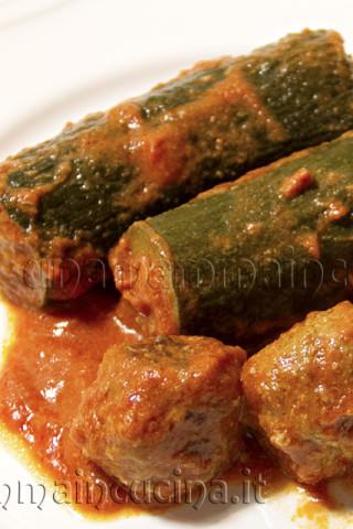 Zucchine ripiene al sugo | Ricetta di Una Mamma In Cucina