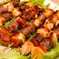 Spiedini di pollo e salsiccia con verdure, morbidi, gustosi, piacciono tanto ai bambini | unamammaincucina.it