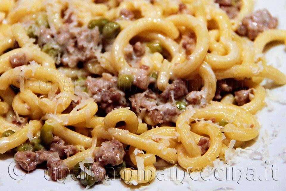 Gramigna con salsiccia e piselli - ricetta di unamammaincucina.it