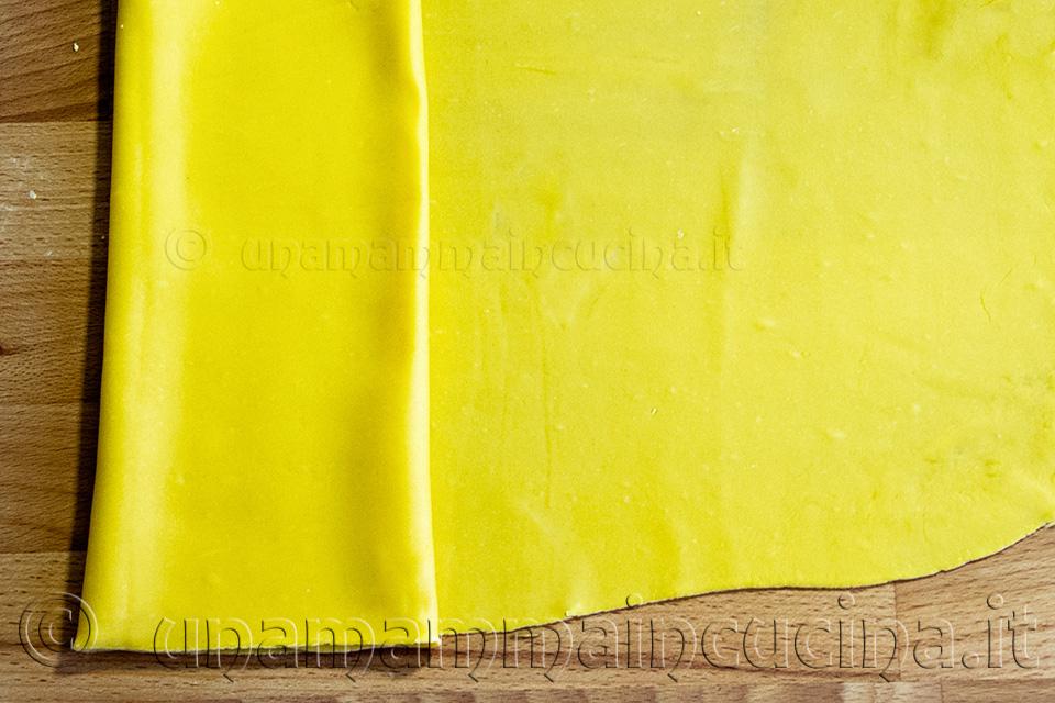 Tagliatelle all'uovo fatte in casa con sfoglia all'uovo gialla e mattarello - Ricetta di unamammaincucina.it