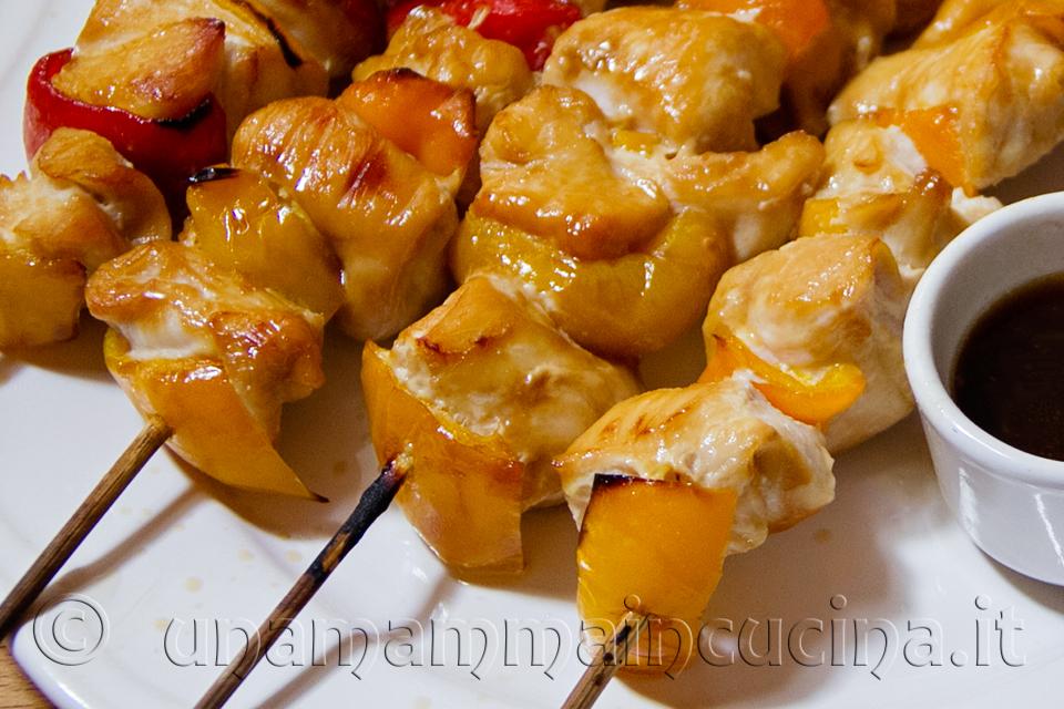 spiedini di pollo e peperoni con salsa di soia - ricetta di unamammaincucina.it