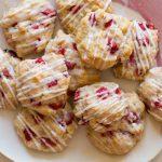 Cookies alle Fragole con Glassa al Cioccolato Bianco